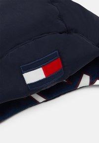 Tommy Hilfiger - BIG FLAG PUFFER HAT - Čepice - blue - 2