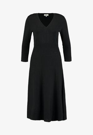 ESSENTIAL - Pletené šaty - black