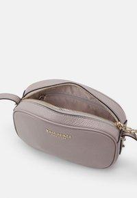 kate spade new york - MEDIUM CAMERA BAG - Across body bag - warm taupe - 4