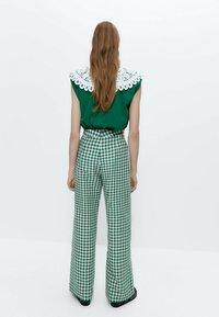 Uterqüe - MIT VICHYKAROS - Trousers - green - 2
