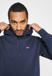 Tommy Jeans - REGULAR FLEECE HOODIE - Felpa con cappuccio - twilight navy - 4
