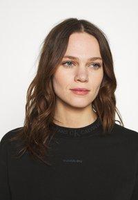 Calvin Klein Jeans - LOGO TRIM CREW NECK  - Sweatshirt - black - 3