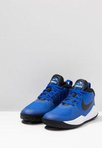 Nike Performance - TEAM HUSTLE D 9 UNISEX - Basketballschuh - game royal/black/white - 3