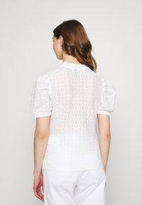 Pieces - PCGLORIA - Print T-shirt - cloud dancer - 2