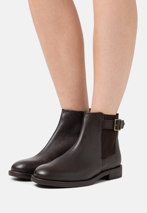 OAK BUCKLE CHELSEA BOOT - Classic ankle boots - choc