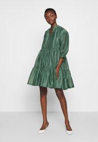 DESIGNERS REMIX - ENOLA RUFFLE DRESS - Vestido de cóctel - dusty green - 0