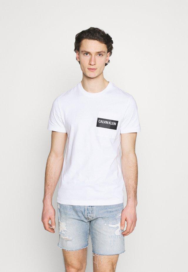 BOLD STRIPE POCKET  - T-shirt print - white
