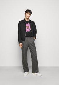 PS Paul Smith - MENS REG FIT FLOWER ZEBRA UNISEX - Print T-shirt - black - 1