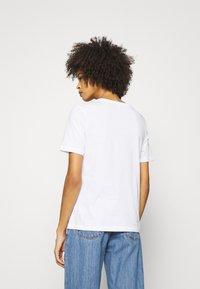 Tommy Hilfiger - REGULAR OPEN SCRIPT TEE - T-shirts print - white - 2