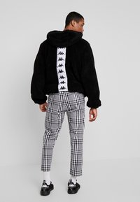 Obey Clothing - STRAGGLER PLAID FLOODED PANT - Chinos - black - 2