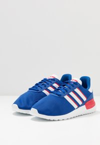 adidas Originals - TRAINER LITE UNISEX - Trainers - royal blue/footwear white/scarlet - 3