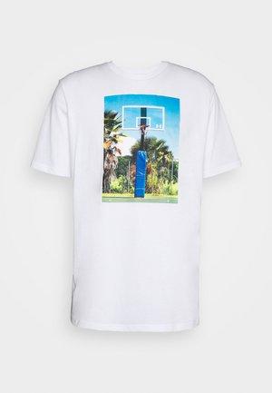 HOOPS SUMMER DAZE TEE - Print T-shirt - white