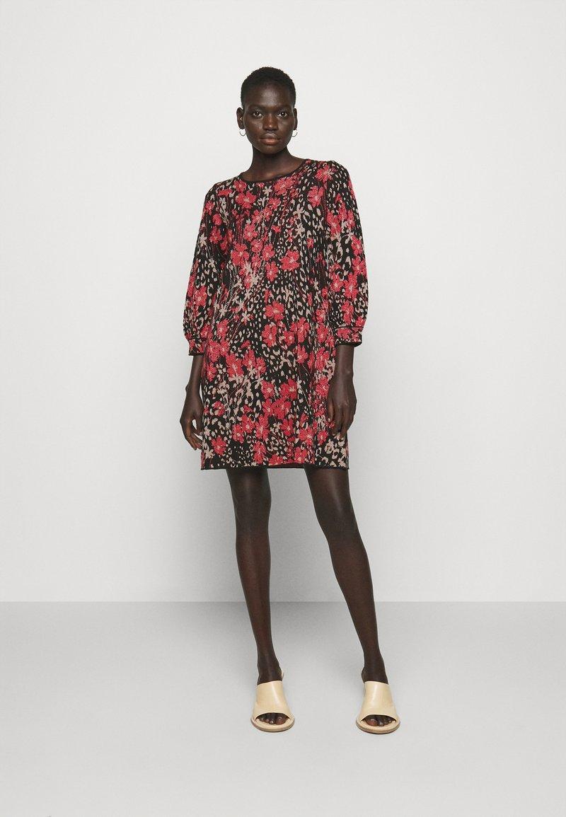 TWINSET - Jumper dress - nero/ciliegia