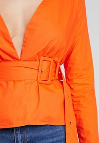 Missguided - BELTED PLUNGE BLOUSE - Blouse - flame - 4