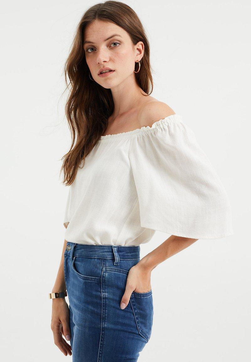 WE Fashion - DAMES TOP MET GESMOKTE HALSLIJN - Blouse - white