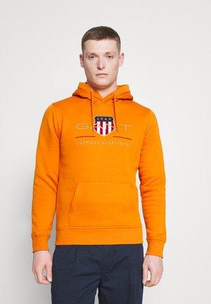ARCHIVE SHIELD - Huppari - savannah orange
