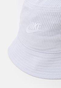 Nike Sportswear - BUCKET FUTURA UNISEX - Čepice - pure platinum/white - 3