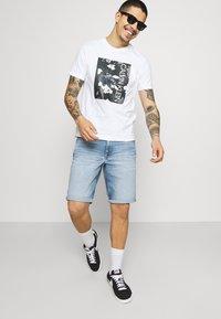 Calvin Klein Jeans - Denim shorts - denim light - 3