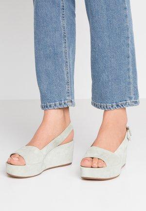 Sandály na platformě - salvia