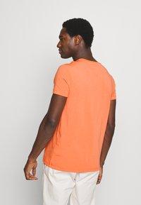 Tommy Hilfiger - STRETCH SLIM FIT TEE - T-shirt - bas - summer sunset - 2