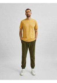 Selected Homme - SLHNORMAN O NECK TEE - Basic T-shirt - wood thrush - 1