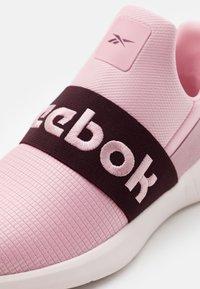 Reebok - LITE SLIP 2.0 - Zapatillas de running neutras - maroon/pink/glass pink - 5