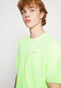 Nike Sportswear - TEE POCKET - T-shirt - bas - liquid lime - 3