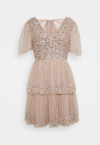 EMBELLISHED TIERED MINI DRESS WITH TIE BACK - Koktejlové šaty/ šaty na párty - taupe blush
