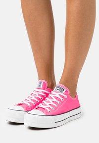 Converse - CHUCK TAYLOR ALL STAR LIFT - Joggesko - hyper pink/white/black - 0