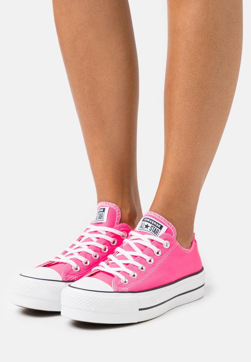 Converse - CHUCK TAYLOR ALL STAR LIFT - Joggesko - hyper pink/white/black