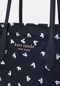kate spade new york - MEDIUM TOTE - Handbag - squid ink/multi - 3