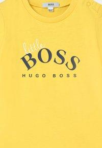 BOSS - SHORT SLEEVES - Print T-shirt - yellow - 2