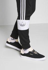 adidas Originals - BANDRIX - Spodnie treningowe - black - 3