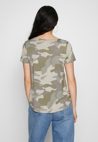 Hollister Co. - OVERSIZED TEE - T-shirt z nadrukiem - khaki - 2
