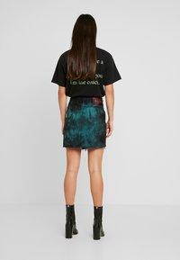 NGHTBRD - TIE DYE - Denimová sukně - electric green - 2