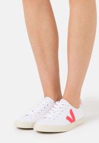 Veja - ESPLAR SE - Trainers - white/rose/fluo/petale - 0