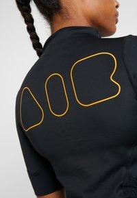 Nike Performance - AIR - T-shirts med print - black/thunder grey - 4