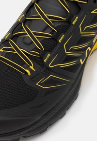La Sportiva - JACKAL GTX - Běžecké boty do terénu - black/yellow - 5