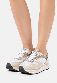 Emporio Armani - Sneakers laag - frost/ecru/gold - 0
