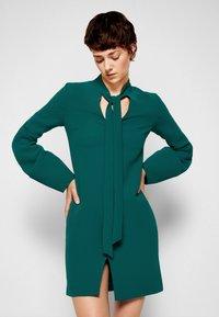 Victoria Victoria Beckham - BANANA SLEEVE SHIFT DRESS - Cocktail dress / Party dress - emerald green - 5