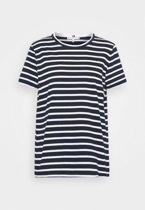 RELAXED TEE - T-shirt z nadrukiem - desert sky/white