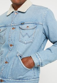 Wrangler - SHERPA - Light jacket - bleached denim - 5