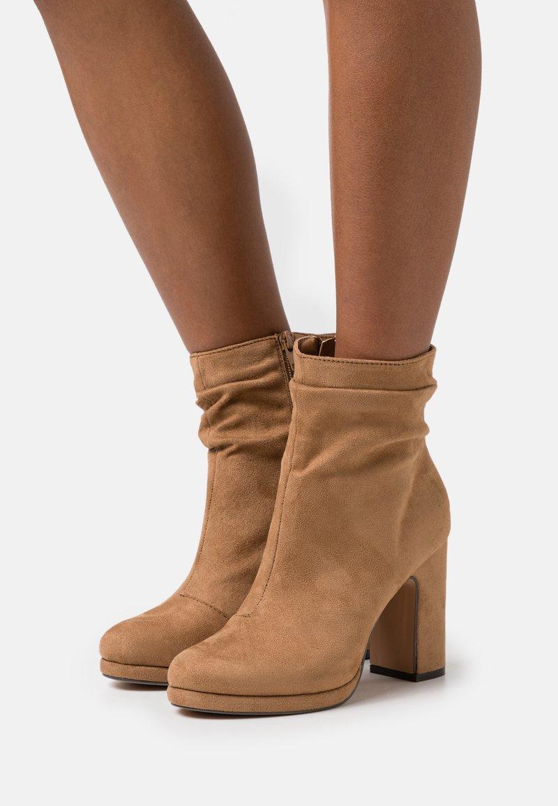 Anna Field - Kotníková obuv na vysokém podpatku - camel