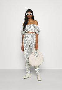 Missguided - FLORAL SQUARE PUFF SLEEVE - Print T-shirt - white - 1