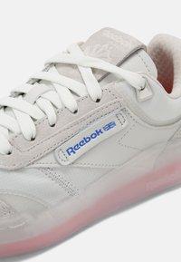 Reebok Classic - CLUB LEGACY UNISEX - Sneakers basse - true grey/dynamic red/court blue - 6