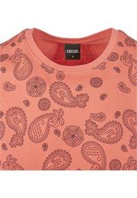 Cayler & Sons - CALI PAIZ TEE - Print T-shirt - coral/mc - 3