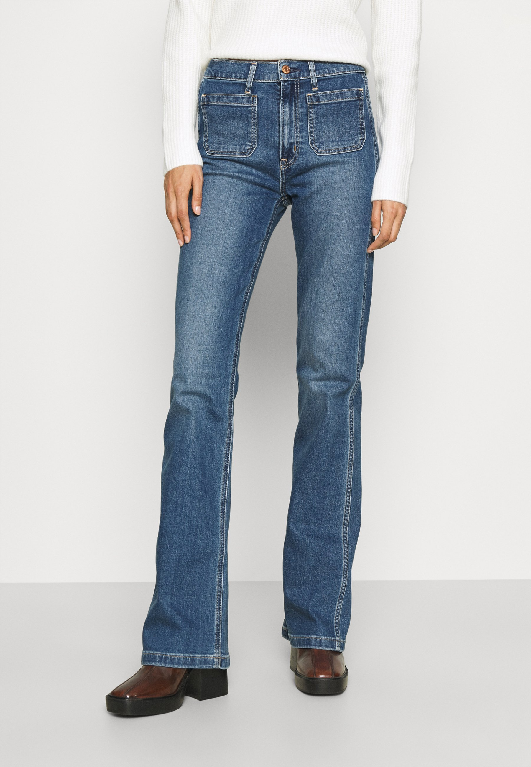 Damer FLARE HERON PATCH POCKET - Flared jeans - medium indigo