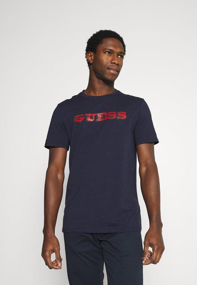 T-shirt z nadrukiem - suiting blue