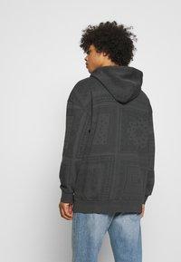 Levi's® - BANDANA POP OVER HOODIE UNISEX - Sweatshirt - blacks - 2