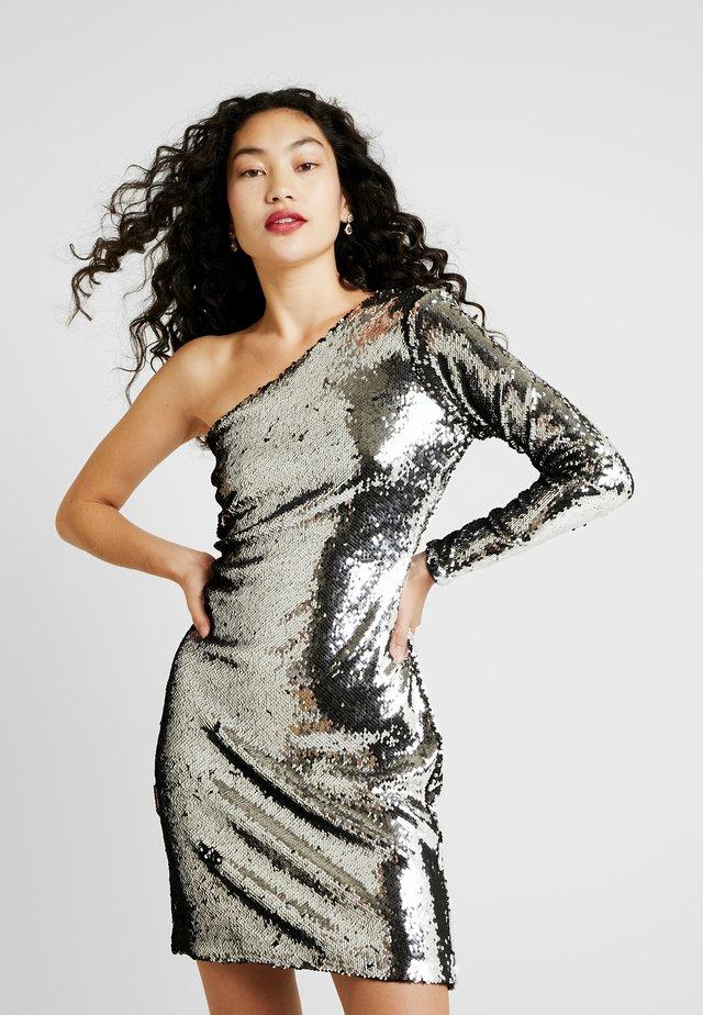 ONLHOLLY ONESHOULDER SEQUIN DRESS - Sukienka koktajlowa - silver